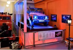 Auto's in showroom uitgelicht voor  receptie.